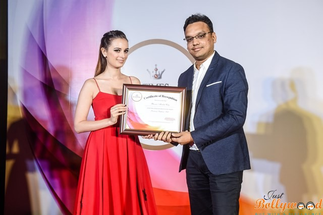 Bollywood Actress Evelyn Sharma presents Times Retail Icon Award to Mayank Lalpuria for Most promising shopping Mall of the Year - Ph