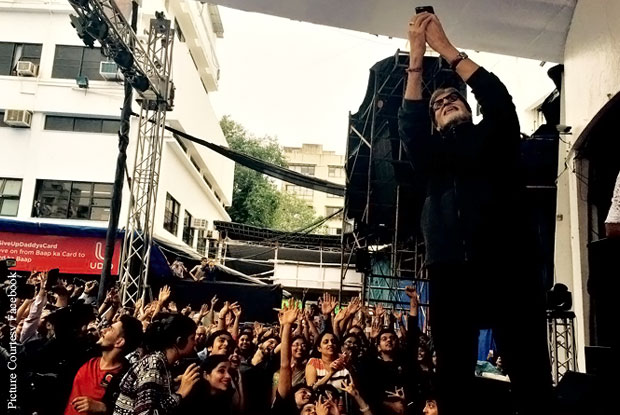 when-amitabh-bachchan-took-selfies-with-students-1